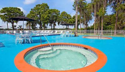 Howard_Johnson_Express_Lakefront_Park_Pool_02