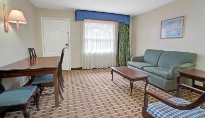 Howard_Johnson_Express_Lakefront_Park_Suite_01